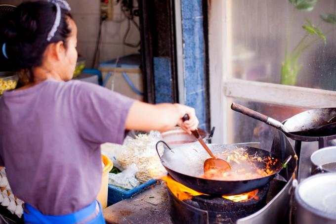Còn theo đầu bếp Adam Cliff, chủ nhà hàng Thái nổi tiếng Samsen, ở quận Wan Chai, Hong Kong, điều quan trọng nhất của món ăn này là phải để chảo nóng. Như thế, các nguyên liệu không bị dính vào nhau. Bên cạnh đó, đầu bếp phải kiểm soát được nhiệt độ trong quá trình xào, vì me và đường thốt nốt dễ bị cháy xém. Ảnh: Kenneth Lu/Flickr