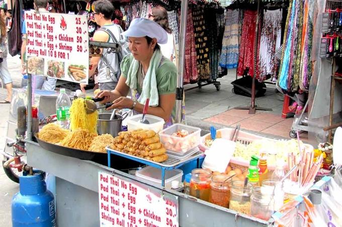 Sau khi pad được mệnh danh là món ăn quốc gia, nó nhanh chóng trở nên nổi tiếng khắp đất nước. Và ngày nay, nó là một trong những lựa chọn hàng đầu của du khách khi ghé thăm. Bạn có thể tìm thấy món ăn này ở mọi nơi trên đất nước xứ sở chùa vàng, từ vùng núi phía bắc đến những con phố sầm uất ở Bangkok. Ảnh: A Teacher Travelling