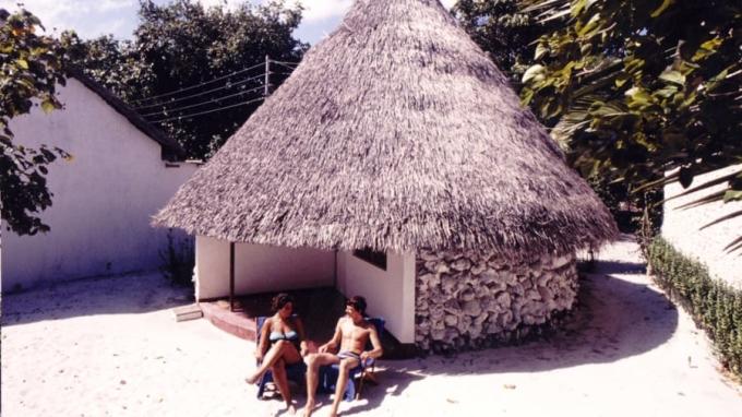 Khách tắm nắng bên chỗ nghỉ. Ảnh: Kurumba Maldives