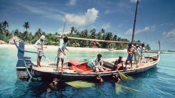 Du khách theo ngư dân đi đánh cá trên thuyền gỗ truyền thống của người Maldives. Ảnh: Kurumba Maldives
