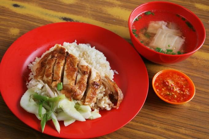 Cơm gà Hải NamMón ăn này là một đặc sản không chỉ nổi tiếng ở Malaysia mà còn ở Singapore. Nó gồm cơm nấu trong nước dùng luộc gà, cùng những miếng gà béo ngậy ăn kèm dưa chuột. Ảnh: Norikko/Shutterstock