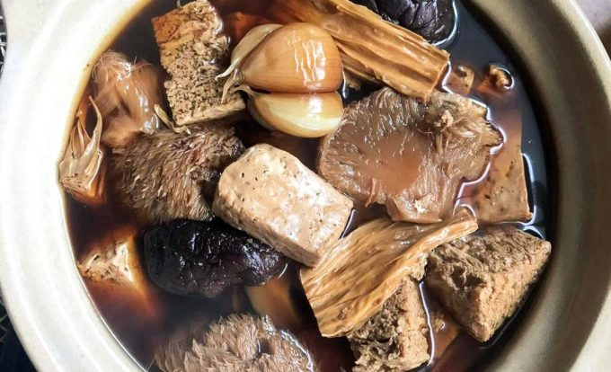 Bak kut tehĐây là loại canh hầm sườn heo nấu cùng các loại thảo mộc như quế, hồi, đậu hũ, tỏi... Đây là món ăn phổ biến, được nhiều ưa thích tại Malaysia và Singapore. Bạn có thể ăn kèm cơm trắng với loại canh này. Ảnh: Vegan Bak kut teh