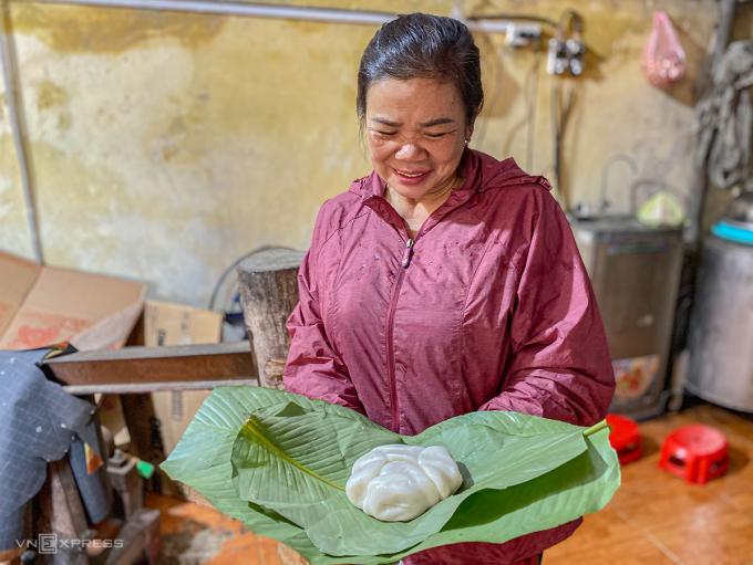 Nghệ nhân làm bánh Nguyễn Thị Thảo, 57 tuổi, cầm trên tay thành phẩm của mình. Ảnh: Trung Nghĩa