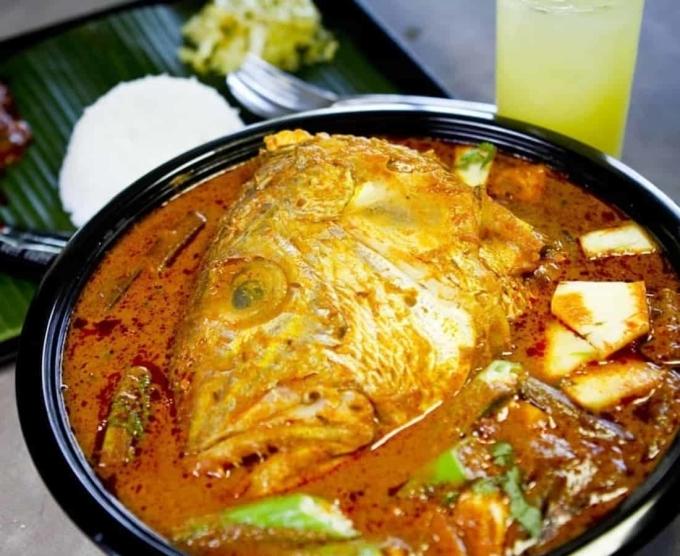 Cà ri đầu cáĐây là món ăn được yêu thích ở cả Singapore và Malaysia, gồm đầu cá nấu cùng nước cà ri chua cay và béo ngậy. Bạn có thể ăn cùng món này với cơm trắng. Ảnh: City Nomads