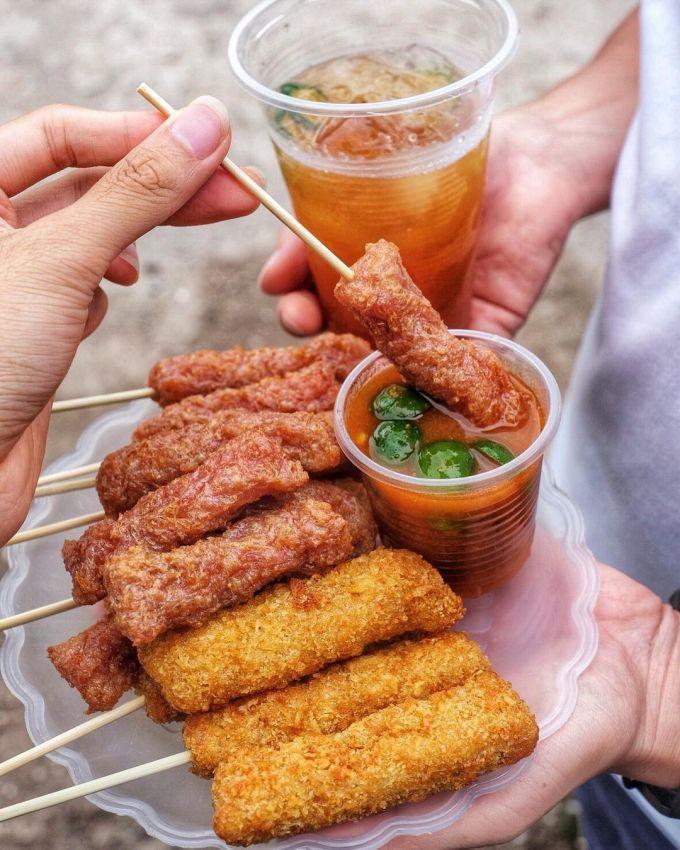 Nem chua rán là món ăn vặt được nhiều người yêu thích. Ảnh: @chubehanoi/Instagram