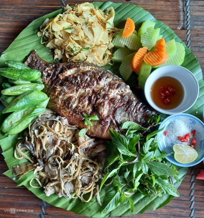 Bữa trưa 240.000 đồng dành cho 2 người lớn gồm cá rô nướng, măng xào, rau củ luộc và thịt lợn nấu hoa chuối. Ảnh: Hương Chi