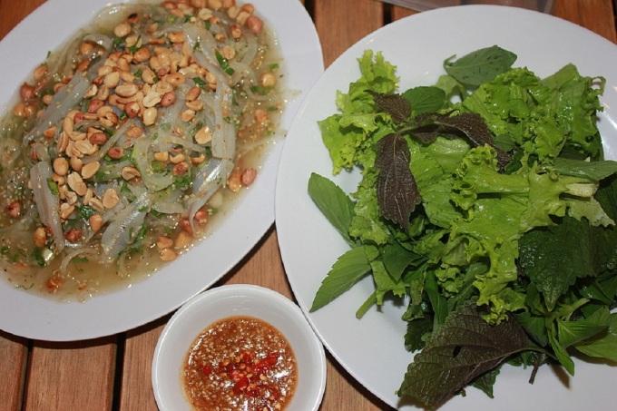 Gỏi cá mai là món ăn du khách dễ dàng tìm thấy ở nhà hàng hay quán ăn bình dân tại Nha Trang, Khánh Hòa. Cá mai to cỡ ngón tay cái, mình trơn, dẹp, hơi giống cá cơm nhưng không vảy, sọc dọc, thịt ngọt và rất ít tanh. Cá được chọn làm gỏi phải thật tươi, làm sạch rút xương và thấm khô. Có nhiều cách làm tái cá mai như dùng me, chanh, giấm. Thịt cá sau khi bóp chua sẽ chuyển từ màu trắng trong sang trắng ngà, đục, trộn với thính rắc đều lên trên. Hành tây lát mỏng, gừng thái chỉ, các loại rau thơm như rau răm, húng quế, ngò, tía tô, diếp cá... xắt sợi và trộn đều với cá, nêm gia vị vừa ăn là hoàn thành.    Món gỏi cá ngon phải có vị chua dịu của chanh, cay từ ớt, lại ngọt tự nhiên nhờ cá kết hợp với hương vị mắm đặc trưng trong nước chấm và thanh mát từ rau sống. Nước chấm có vị vừa ngọt vừa thơm, lại béo nhưng không gây ngán. Ảnh: Trần Hà