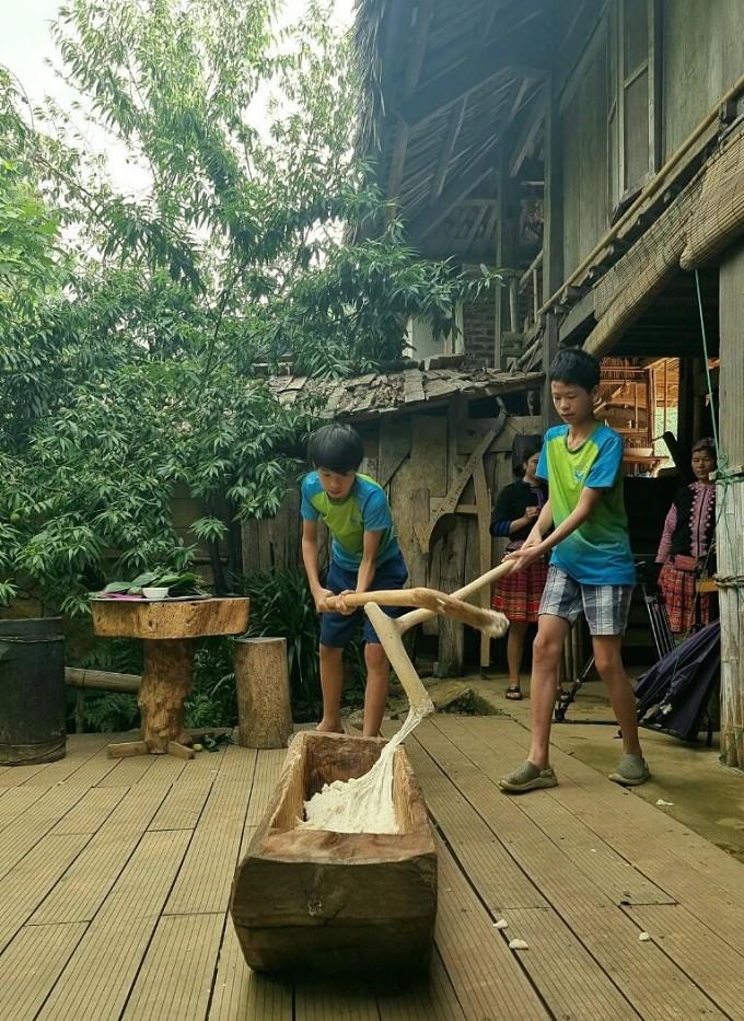 Trẻ tập dã bánh dày ở trại hè Homestay A Chu.