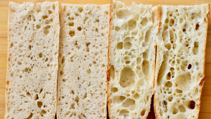 Bánh mì ngon phải có ruột mềm, xốp (bên phải), khác với loại ruột đặc như bánh mì công nghiệp bán trong siêu thị (bên trái). Ảnh: Vivian Song/CNN