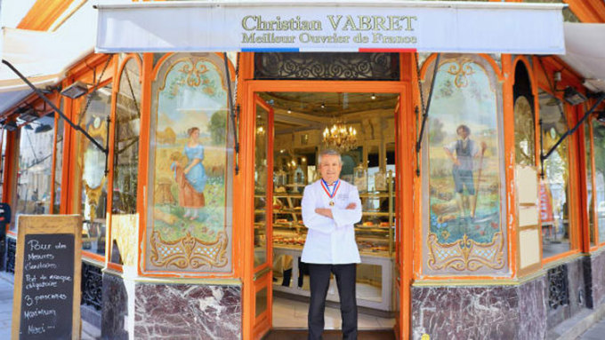 Trên ảnh là thợ làm bánh  Christian Vabret. Vabret mở tiệm trà Marie Antoinette, rất gần với tiệm bánh Au Petit Versailles du Marais của anh ở quận 4. Ảnh: Vivian Song/CNN