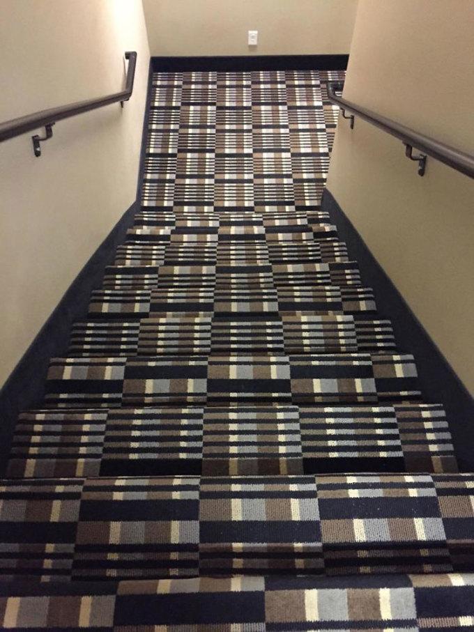 Tôi sợ rằng mình sẽ ngã lộn nhào khi đi xuống chiếc cầu thang này, một du khách than thở sau khi nhận phòng khách sạn. Ảnh: Pookiemoon/Reddit