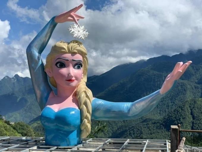 Tượng Elsa do nhân viên khu du lịch chụp lại.