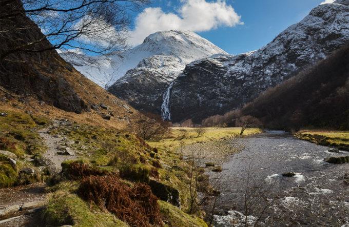 Trên ảnh là thác Steal, địa điểm nổi tiếng nằm trên núi Ben Nevis. Đây là nơi từng xuất hiện trong một tập phim Harry Potter. Ảnh: Walk highlands