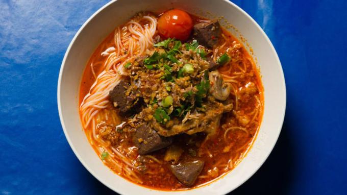 Miền bắc Thái Lan không chỉ có khu bảo tồn voi, đền Trắng và thành phố Chiang Mai náo nhiệt. Với nhiếp ảnh gia, cây viết Austin Bush, điều thu hút anh lớn nhất tại khu vực này chính là sự phong phú của các đặc sản. Dưới đây là 9 món ăn nhất định phải thử khi đến nơi này, theo giới thiệu từ Austin.Khao Soi (hay Khao Soy) là món súp cari thơm lừng, đậm đà ăn cùng mì gạo, rau củ, thịt bò hoặc gà mềm. Đây là món ăn nổi tiếng, được du khách nhắc đến nhiều nhất ở miền bắc Thái Lan,