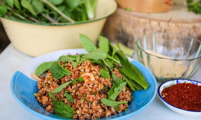 Laap muu khuaPhía đông bắc đất nước, món laap (lạp) này phổ biến với rau thơm, vị chua trộn cùng thính, thì miền bắc có nhiều thịt hơn, không còn chua và có rất nhiều gia vị. Austin cho biết, bạn có thể cảm nhận được hầu hết các loại gia vị của Thái Lan trong món ăn này. Ảnh: Eating Thai Food