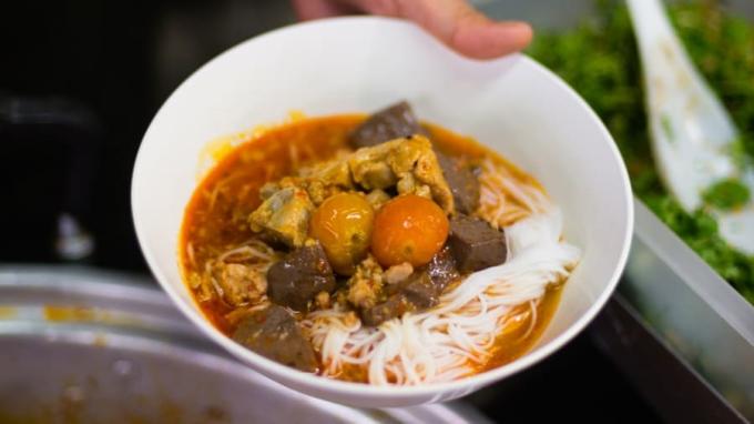 Nước thịt heo, bột cà ri ớt khô, tiết luộc, cà chua cùng những sợi bún mỏng và dẹt sẽ tạo lên món khanom jeen naam ngiaw rất đậm đà và thơm ngon. Tại Pa Bunsri, các đầu bếp sẽ dùng ớt khô hun khói theo cách truyền thống để làm nguyên liệu cho món khanom jeen naam ngiaw, điều này làm cho món ăn ngon và khác biệt so với các địa danh khác ở Thái Lan.