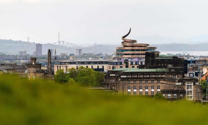 Nhiều ý kiến cho rằng khách sạn đã phá mất cảnh quan cổ kính đặc trưng của thành phố Edinburgh. Ảnh: Ian Georgeson/Alamy
