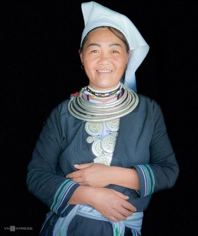Trang phục truyền thống của người Dao Tiền chủ yếu được làm bằng vải chàm, sử dụng sáp ong tạo nên những hoa văn riêng, gồm có 6 bộ phận chính là áo trong, áo khoác ngoài, chân váy, đai lưng, vải bó chân và khăn quấn đầu. Khăn quấn đầu này là mảnh vải trắng, trước khi đem nhuộm chàm dài khoảng 1,5 - 2m, rộng khoảng 30 cm, vắt chéo hai đầu khăn trước trán tạo nên hình sừng khi đội trên đầu. Ngoài ra, người dân còn đeo các loại trang sức bạc để làm điểm nhấn cho bộ trang phục. Mỗi người có một bộ vòng bạc riêng, mỗi bộ nặng khoảng 1 kg bạc, bao gồm 7 chiếc vòng có kích thước từ nhỏ đến lớn.