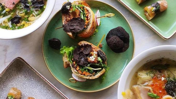 Bánh mì kẹp dùng nấm truffle trong nhà hàng Ăn ăn Sài Gòn. Ảnh: Anan Saigon