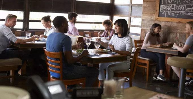 Phục vụ có thể đang lắng nghe cuộc nói chuyện của bạnĐó có thể là một cuộc tranh cãi, hay một cuộc hẹn hò trên bàn ăn, thì tất cả đều lọt vào tai của những người phục vụ. Và bạn đừng ngạc nhiên nếu mình trở thành chủ đề trò chuyện của họ phía sau cánh gà. Ảnh: Daily Meal