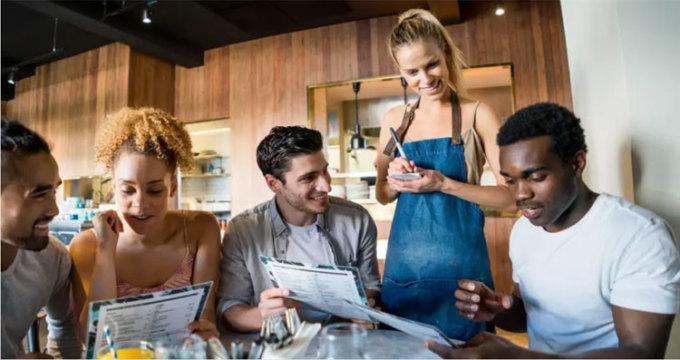 Phục vụ ghét bị hỏi: Món nào ngon nhất ở đây?Vì không phải mọi nhân viên đều được nếm thử các món ăn của nhà hàng họ phục vụ. Và ngay cả khi họ được ăn hết, thì quan điểm của mỗi người đều khác nhau. Họ có thể thấy ngon nhưng khách thì không. Thay vì hỏi họ món gì ngon nhất, hãy hỏi họ món ăn nào được nhiều người gọi nhất hoặc bạn chỉ cần chịu khó đọc thực đơn và chọn theo sở thích của mình. Ảnh: Daily Meal