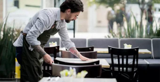 Bàn và menu là những thứ bẩn hơn bạn nghĩNếu trên máy bay, khay bàn ăn hay túi phía trước ghế là những thứ bẩn nhất, thì mặt bàn và menu trong nhà hàng là những thứ tương tự. Nhiều bàn được lau một cách vội vàng giữa các đợt khách ngồi vào ăn bằng một chiếc giẻ cũ và menu thì hiếm khi được lau chùi. Bên cạnh đó là chai tương cà chua, hộp đựng muối, tiêu... để trên bàn. Đã bao giờ bạn chạm vào chúng và có cảm giác dinh dính chưa? Đó là do đã có quá nhiều người chạm vào, và chúng đã lâu chưa được vệ sinh sạch sẽ.
