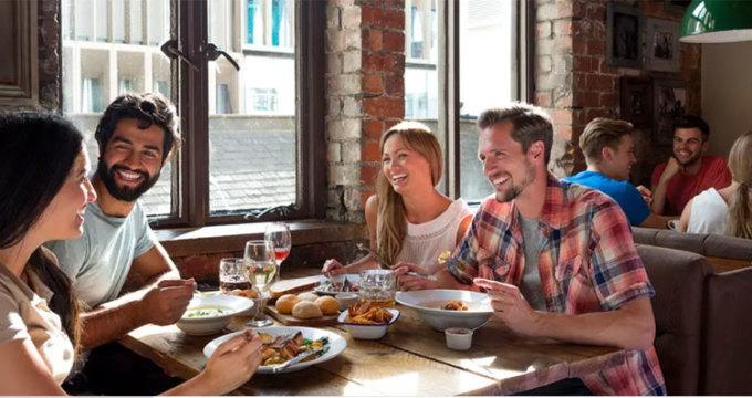 Âm nhạc quyết định một phần trong chi tiêu Theo nghiên cứu của Đại học Leicester, một thực khách sẽ sẵn sàng chi tiền hơn trong nhà hàng nếu họ nghe nhạc cổ điển, vì nó khiến họ cảm thấy mình giàu có hơn. Ngược lại, thực khách nghe nhạc rock, pop chi tiêu ít hơn 10%. Ảnh: Daily Meal