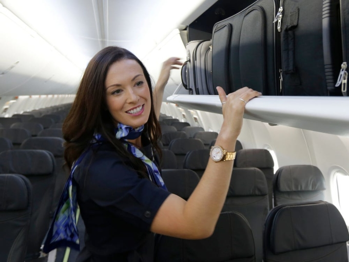 Phi hành đoàn thường dành hàng trăm giờ trên máy bay mỗi năm. Do đó, họ học cách chú ý đến những chi tiết nhỏ nhất về nơi họ làm việc, cũng như hành khách trên các chặng bay đó. Dưới đây là chia sẻ của 7 tiếp viên hàng không trên khắp thế giới về những điều họ thường xuyên chú ý khi lên máy bay mà nhiều hành khách thường bỏ qua.Tôi thấy nhiều người không mang theo túi xách bên mình, và đôi khi điều đó khiến tôi thấy kỳ quặc, một tiếp viên của United Airlines cho biết. Ảnh: Ted Warren/AP
