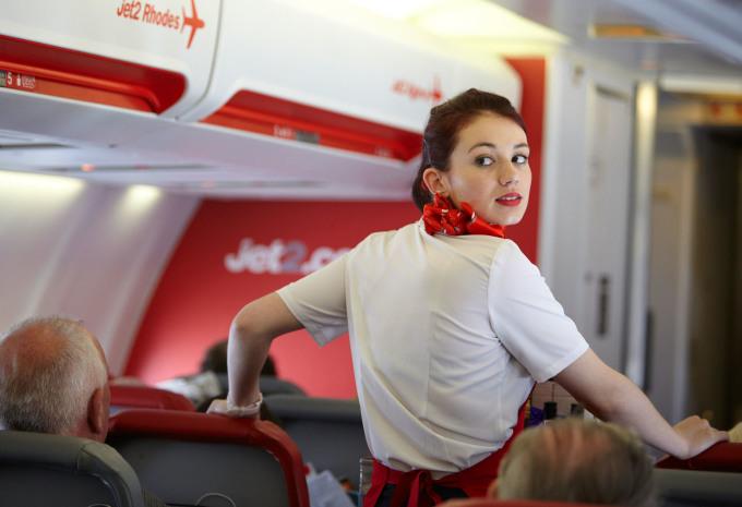 Những hành khách cần được giúp đỡ nhấtTôi nhận thấy rằng những hành khách là mẹ đơn thân đi cùng với con nhỏ có thể chỉ cần hỗ trợ thêm một chút, hoặc kiên nhẫn thêm với họ một chút. Nhưng đó không phải là những vị khách cần được hỗ trợ nhất. Những người ngồi im lặng một chỗ, bám chặt vào tay vịn thành ghế mới thực sự là những người đang rất lo lắng cho việc bay và có lẽ, họ cần ai đó nói chuyện để giảm bớt căng thẳng.