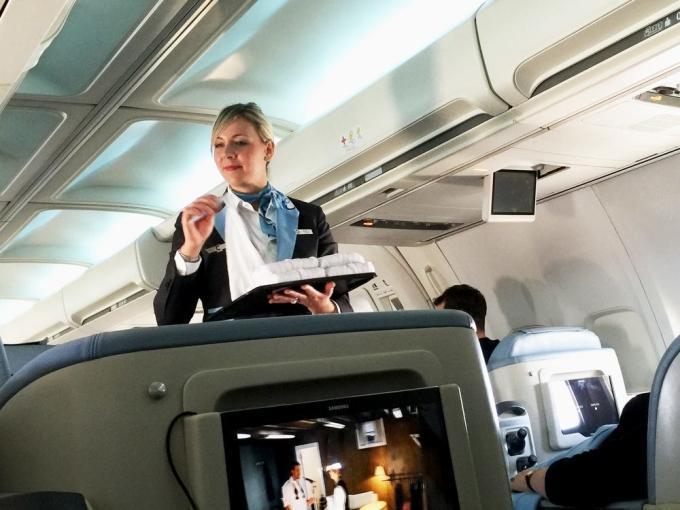 Những ai đang lo lắng nhiều nhấtKevin Cain, một tiếp viên của hãng hàng không PSA, cho biết: Tôi có thể nhận ra một hành khách đang lo lắng từ xa. Một ly rượu vang miễn phí có thể giúp họ xoa dịu tinh thần cũng như khiến họ có một ngày vui vẻ.