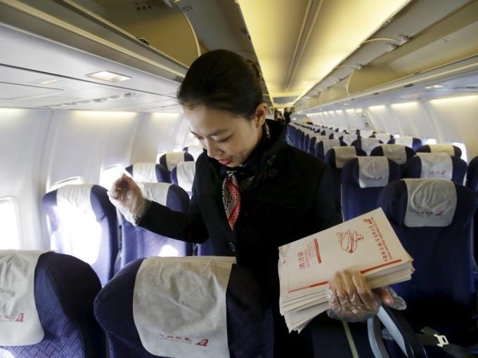 Máy bay có nhiều vị trí bẩnHành khách dường như luôn nghĩ rằng chẳng có chỗ nào, thứ gì bẩn trên máy bay. Điều này thật buồn cười, Sally Ann MacLagan, tiếp viên của hãng Mesa Airlines nói. Ảnh: Jason Lee/Reuters
