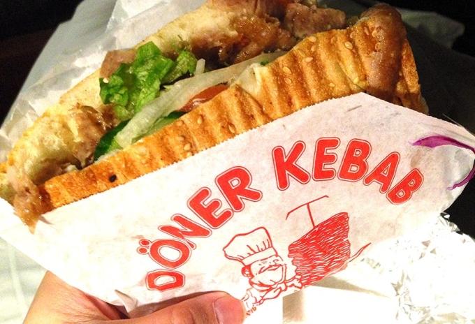 Döner kebab là một loại bánh mì kẹp nổi tiếng của Thổ Nhĩ Kỳ, được coi như một món ăn nhẹ đêm khuya hay một bữa ăn nhanh khi du khách bận rộn di chuyển khắp châu Âu. Thịt được nướng theo kiểu xoay tròn, được dùng dao thái mỏng theo chiều dọc và kẹp vào giữa bánh mì hình tam giác, cùng rau và các loại nước sốt. Ảnh: Conversation