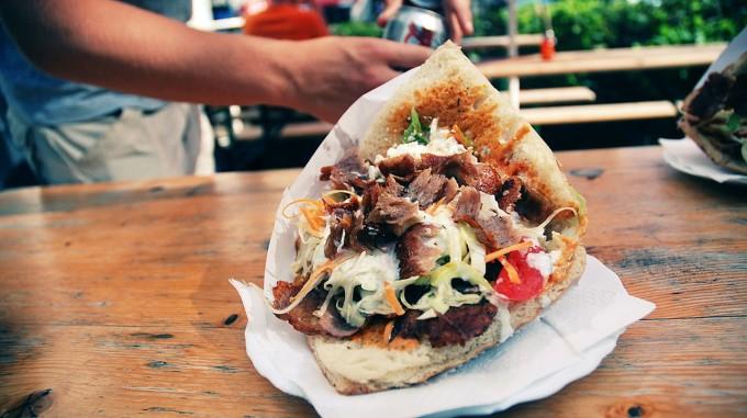 Riêng tại Đức, bánh mì döner kebab đạt doanh thu 3,5 tỷ Euro mỗi năm, và tiêu thụ hết 600 tấn thịt để làm nhân kẹp mỗi ngày trước đại dịch. Với những con số khổng lồ này, nó trở thành món ăn nhanh nổi tiếng bật nhất của đất nước. Ảnh: Alex Kehr/WikiCommons