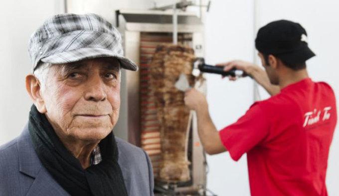Ông đã bán những chiếc bánh đầu tiên ở tây Berlin, đối diện vườn thú Bahnhof, cho những người bận rộn muốn có một bữa trưa nhanh chóng để mang đi. Năm 2013 khi Kadir (ảnh) qua đời, nhiều tờ báo trên thế giới đều đồng loạt đưa tin: Người phát minh ra bánh mì döner kebabs đã chết. Ảnh: Dapd