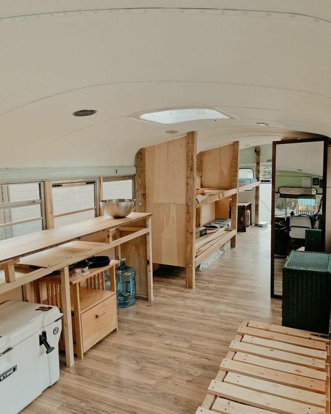 Họ lắp sàn mới, giường ngủ, bếp trần, thêm giá sách, các chậu cây, tranh ảnh... để biến chiếc xe buýt 30 năm chở học sinh thành một ngôi nhà mới cho chuyến du lịch.