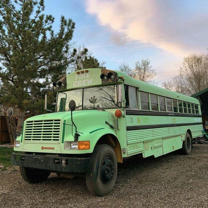 Các cô gái tìm mua một chiếc xe buýt cũ và cải tạo để thực hiện một chuyến du lịch xuyên Mỹ. Họ đăng thông tin trên nhiều mạng xã hội và giờ đây đã trở thành những người bạn thân.