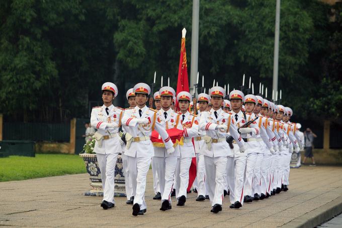 Nghi lễ thượng cờ là nghi lễ cấp quốc gia, được thực hiện vào mỗi 6h sáng trước lăng Chủ tịch Hồ Chí Minh. Ảnh: Lê Bích.