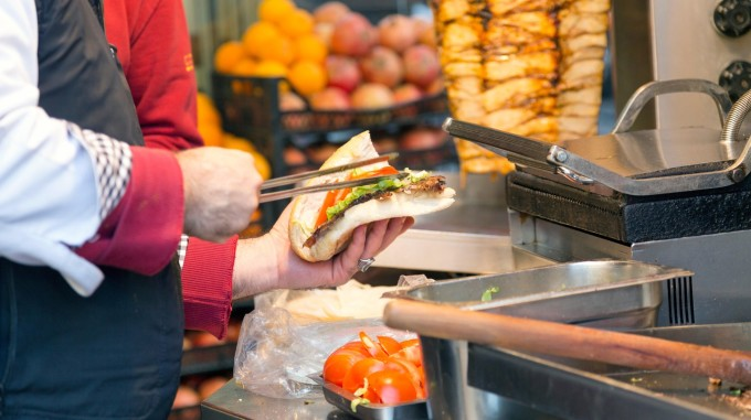 Một số khác tin rằng món bánh này thực sự là phát minh của người Đức và có nhiều biến thể xuất hiện ở Thổ Nhĩ Kỳ, cũng như ở các nước Trung Đông. Mehmet Aygün, một người Đức trước đây cũng tự nhận mình làm ra bánh mì kebab từ năm 1971. Tuy nhiên, dù nó xuất phát từ đâu, thì mọi cuộc nói chuyện về những chiếc doner kebab đều dủ khiến cho một người cảm thấy đói bụng. Ảnh: Hale Erguvenc / Alamy