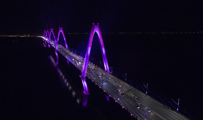 Cầu Nhật Tân rực sáng về đêm. Ảnh: Giang Huy.