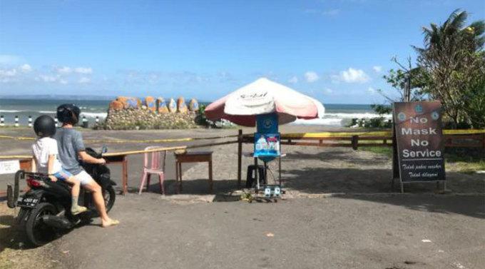 Các chốt kiểm soát được dựng ở mọi nơi trên đảo là một hình ảnh quen thuộc trong những ngày này. Ảnh: Penny Watson/News