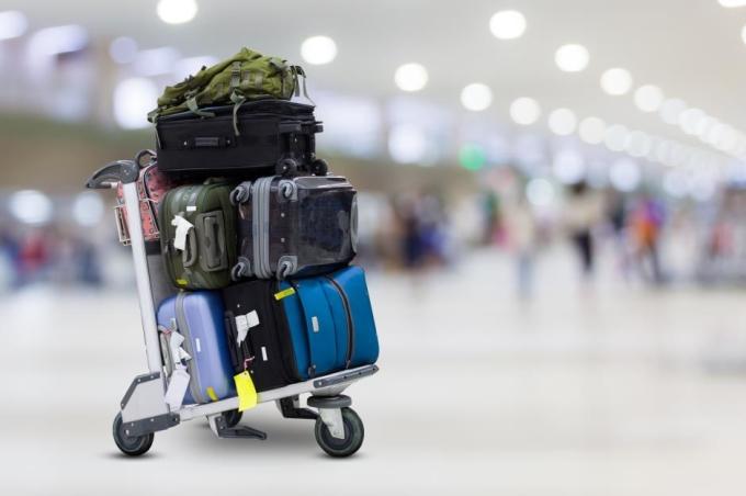 Hành khách có thể mang bao nhiêu hành lý tuỳ thích vào những năm 80. Ảnh: sumroeng chinnapan/Shutterstock
