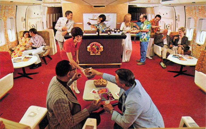 Một quầy bar trên máy bay vào những năm 1970. Ảnh: FlyerTalk