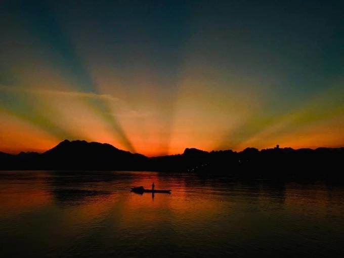 Bức ảnh hoàng hôn trên dòng sông do một du khách chụp tặng Tâm. Ảnh: NVCC.