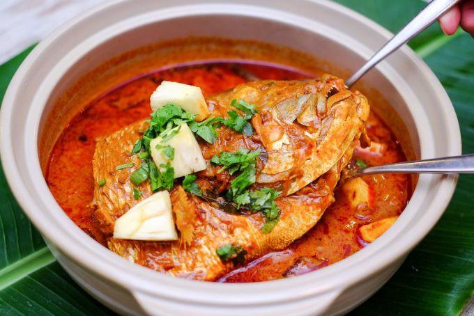 Đầu cá nấu cà ri ăn cùng cơm hoặc bánh mì cũng là một đặc sản tại đây. Món ăn này có nguồn gốc ở Ấn Độ, và chịu ảnh hưởng phần nào ẩm thực Trung Quốc, Malaysia. Trong một số phiên bản, món này được thêm vào nước me để tạo vị chua.Một đầu cá khổng lồ và rau nấu cà ri và ăn với cơm hoặc bánh mì. Thường đi kèm với một ly calamansi hoặc nước chanh địa phương. Nguồn gốc của nó là ở Nam Ấn Độ, với ảnh hưởng của Trung Quốc và Mã Lai. Trong một số phiên bản, nước me được thêm vào để tạo vị chua ngọt.
