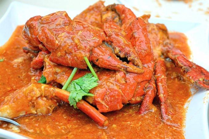 Cua sốt ớtCua sốt ớt đã được Tổng cục Du lịch Singapore chọn làm một trong những món ăn quốc gia mà du khách có thể tìm ăn ở bất kỳ nhà hàng hải sản nào trên đảo quốc. Phiên bản cua sốt ớt đầu tiên là cua tươi nấu cùng với sốt cà chua, sốt ớt và ăn với bánh mì Pháp. Cách thưởng thức truyền thống món này là dùng tay không để ăn, cảm nhận hương vị của thịt cua với sốt ớt cay ngọt. Thực khách sẽ cảm nhận được sức hấp dẫn của đĩa cua trước mặt, khi bóc lớp vỏ, ăn phần thịt ngập trong sốt và không cưỡng được việc mút ngón tay mình. Ảnh: Flickr
