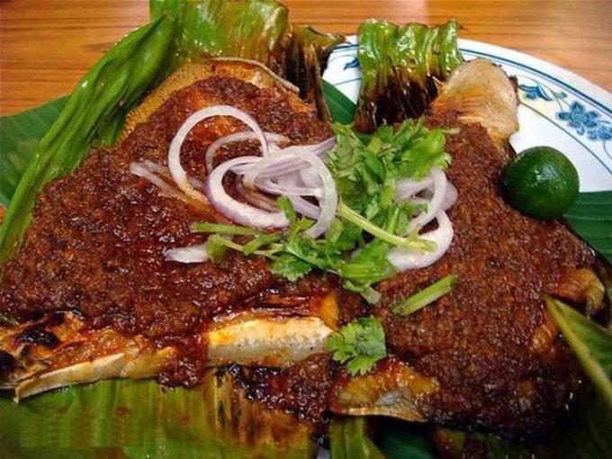 Cá đuối nướng (BBQ Stinggray) là một món hải sản phổ biến, được bày bán ở mọi quầy hàng rong trước đại dịch. Phiên bản truyền thống của nó là gồm cá duối ướp cùng nước sốt sambal đặc (một loại gia vị cay) với cà chua thái hạt lựu, ớt và mắm tôm, gói trong lá chuối và nướng chín từ từ trên bếp nướng. Ảnh: Keropo Web