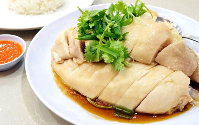 Hotels.com đã liệt kê 10 món ăn nổi tiếng nhất của Singapore, như một lời gợi ý food-tour cho du khách khi ghé thăm hòn đảo xinh đẹp này. Đứng đầu danh sách là món cơm gà Hải Nam nổi tiếng. Cơm gà Hải Nam là một món ăn đơn giản gồm thịt gà luộc, gạo thơm, thường ăn kèm với các gia vị như gừng thái nhỏ, xì dầu đặc hoặc tương ớt. Tại Singapore, nó gần như được coi là quốc thực. Sự phổ biến của các hàng quán cơm gà ở đây cho thấy mức độ nổi tiếng của nó và vị thế trong lòng người dân địa phương và du khách.