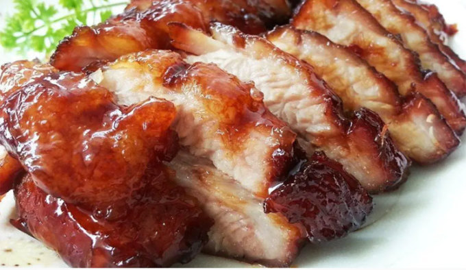 Xá xíu là một món ăn phổ biến tại đây, có nguồn gốc từ Trung Quốc. Nó đuọc làm từ thịt lợn, tẩm ướt gia vị và nướng, có vị mặn ngọt. Món này rất hợp để ăn kèm cơm trắng và rưới nước sốt đặc. Ảnh: Foodelicacy