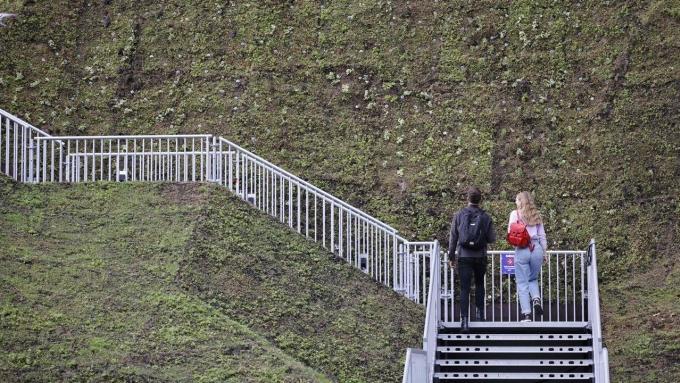Khách tham quan bày tỏ sự thất vọng và gọi Marble Arch Mound là một điểm du lịch tồi tệ nhất mà họ từng đến. Ảnh: AFP