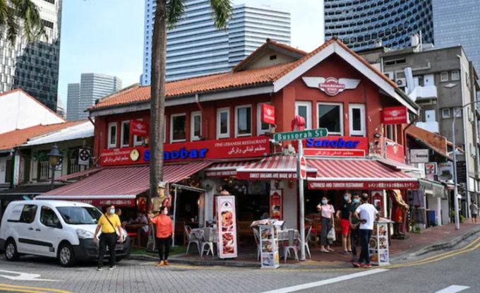 Những người đã tiêm chủng có thể không phải cách ly, hoặc được phép tự cô lập tại nơi cư trú. Trên ảnh là những người dân đang đi lại tại một góc phố của khu Arab tại Singapore. Ảnh: NDTV